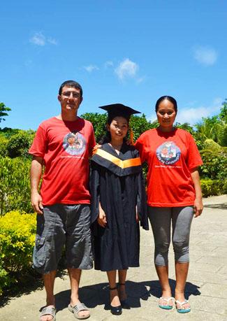 Katherine, laureata, con Flora e Francesco
