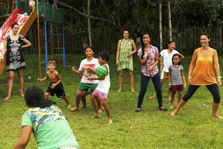 Silvia in un momento di svago con le bambine della nostra casa famiglia a Dumaguete nelle Filippine.