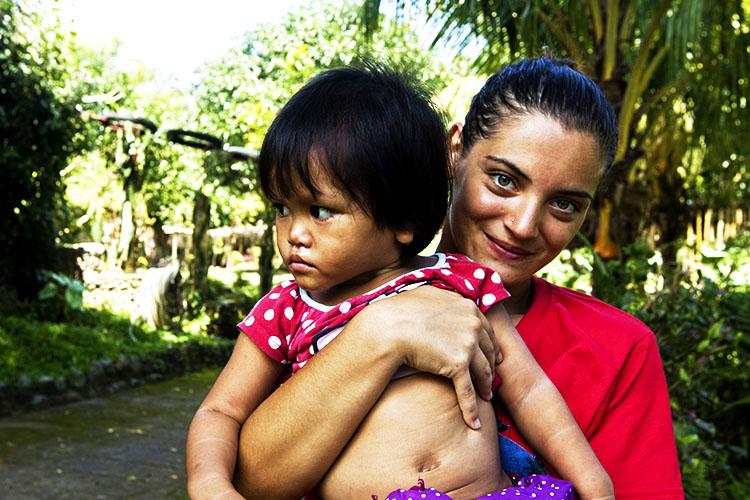 volontariato-filippine-valentina-tiene-in-braccio-rona-mae