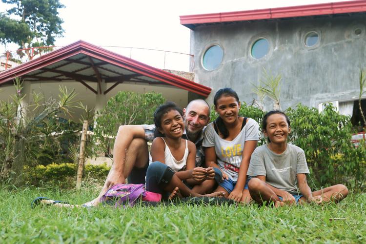 Le risate di Andrea con alcune bambine della casa famiglia