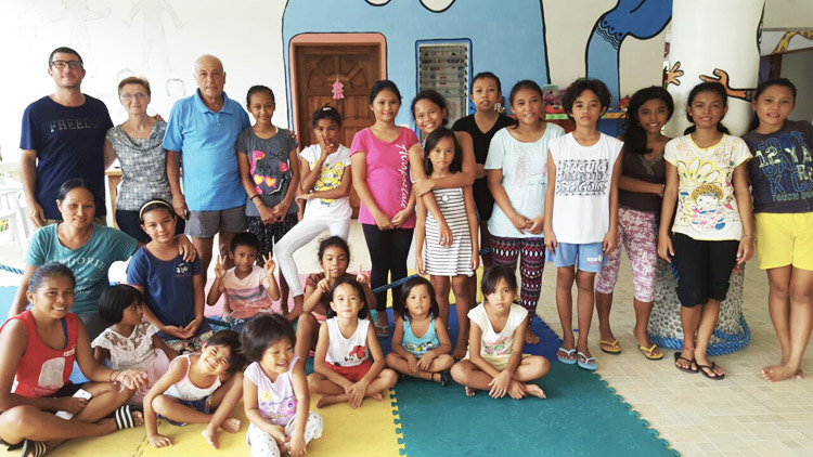 Con i volontari in casa famiglia nelle Filippine