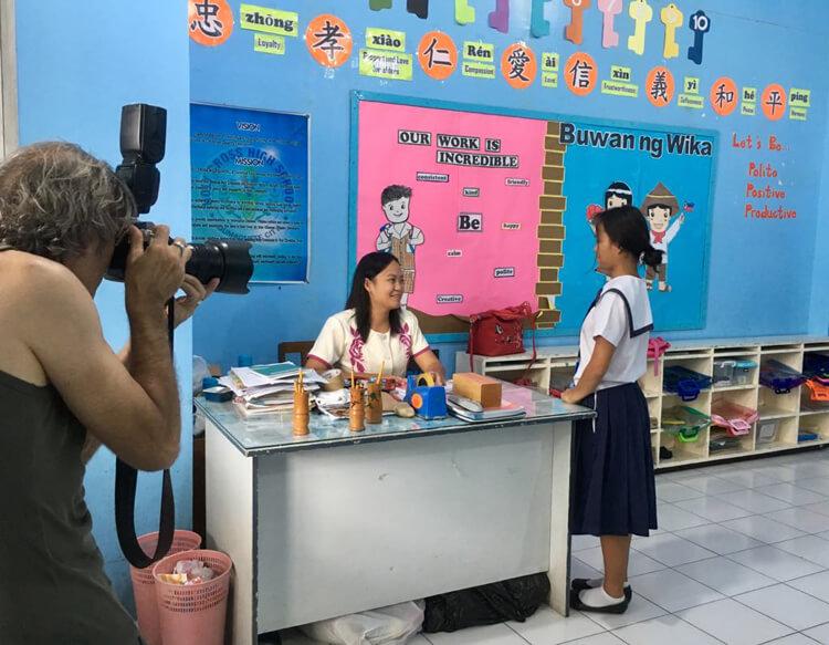 Gianni al lavoro presso la scuola frequentata dalle bambine della Casa Famiglia