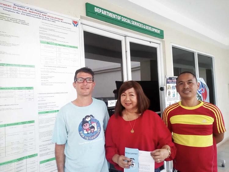 Francesco ed Edward consegnano la lettera ai servizi sociali di Bacolod-3